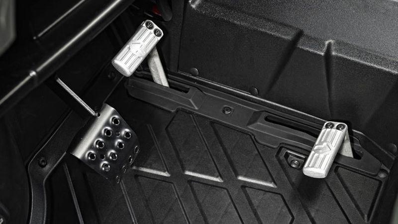 מערכת הידרוסטטית מאפשרת שינויי כיוון הנסיעה מהירים ונוחים – באמצעות דוושות ברצפת הרכב