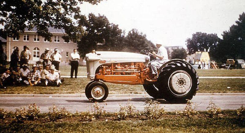 תמונת צבע נדירה של הפורד טייפון, כנראה במהלך אחת מתערוכות הרכב בהן הוצג
