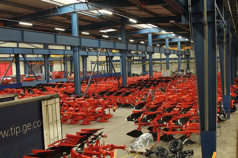 מחרשות קוהן ממתינות למשלוח באחד ממפעלי היצרן ב-Saverne שבצרפת