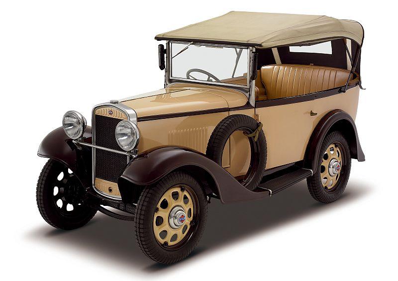 כך זה החל: הבן של D, A ו-T – קיצור שמות שלושת מייסדי החברה – הפך ל-Datson; מאחר ומשמעות השם Son ביפנית הוא 'הפסד', שונה השם ל-Datsun. ה-12 Phaeton מ-1932 היתה המכונית הראשונה של דאטסון