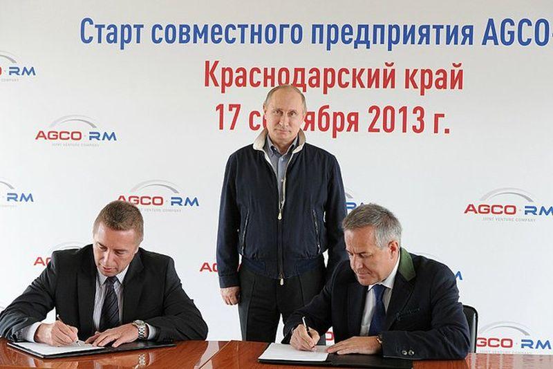 """טקס החתימה על הסכם השת""""פ בין סטיב קלארק (משמאל), סגן נשיא למכירות ושיווק ב-AGCO לבין זיגפריד וולף, יו""""ר Russian Machines; עומד מאחור ומשגיח: ולדימיר פוטין, נשיא רוסיה"""