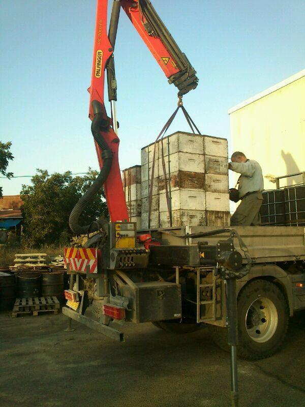 מנוף פלפינגר שהותקן על משאית המשמשת דבוראים בארץ