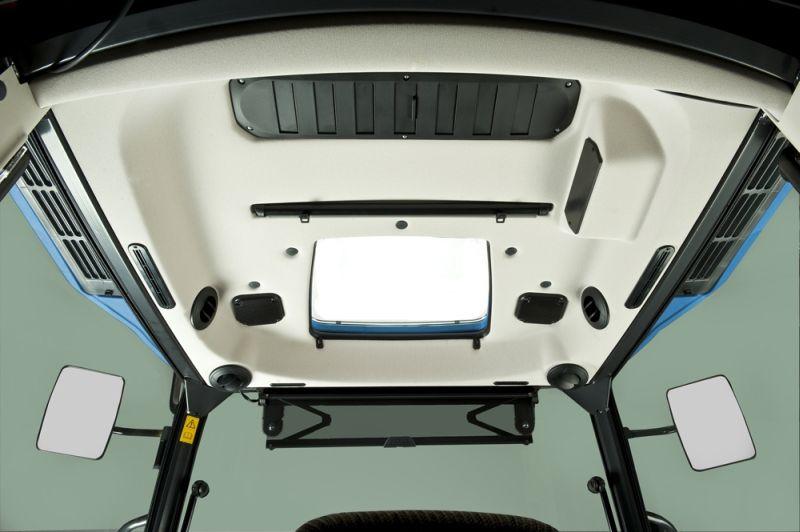 בתוך תא המפעיל החדש נעשה שימוש בחומרי דיפון בהירים מבעבר, לטובת מראה ואווירה מוארים ונינוחים יותר