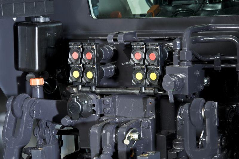 """סדרה 5-H החדשה מציעה תפוקה הידראולית של 52 ליטר לדקה ויכולת הרמה בזרועות האחוריות של 4,750 ק""""ג. כאופציה מוצעת יציאת PTO קדמית עם זרועות קדמיות"""