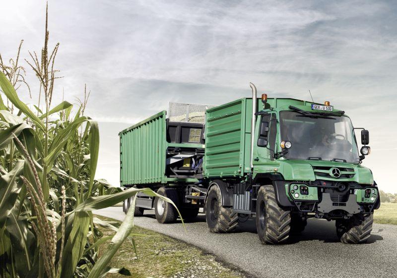 האונימוג משמש כמעין טרקטור מתקדם, שיודע לא רק לעבוד בשדה, אלא גם להוביל סחורה חקלאית בכביש, מהר יותר מכל טרקטור