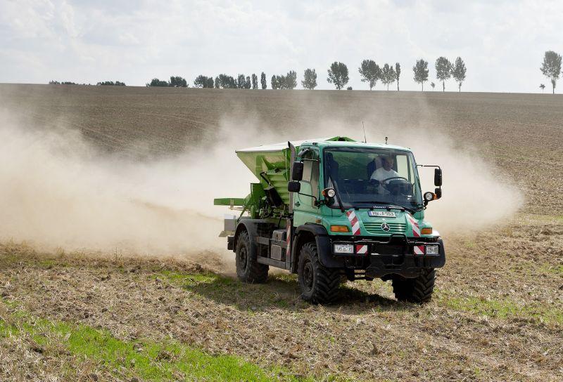 אונימוג U500 מפזר דשן במשימה חקלאית