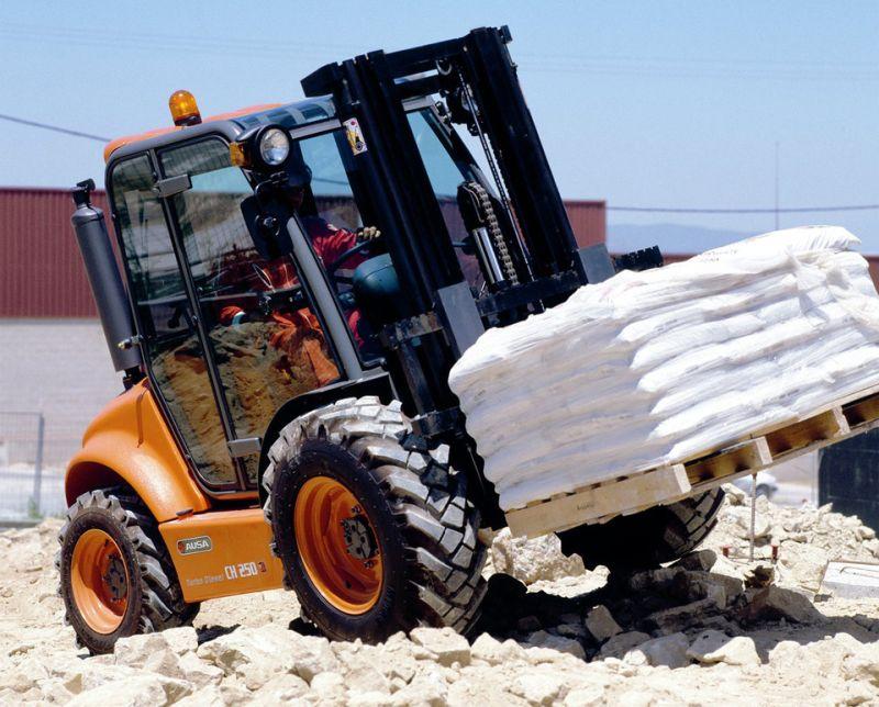 מלגזת שדה יודעת לנוע גם בשטח קשה לעבירות; בתמונה: AUSA CH250 4x4