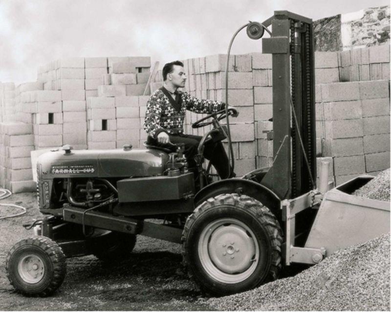 הוספת תורן מתרומם אל חלקו האחורי של טרקטור חקלאי, הפיכת כיוון הנסיעה - ומלגזת השדה הראשונה נולדה (מאניטו על בסיס פארמאל, 1958)
