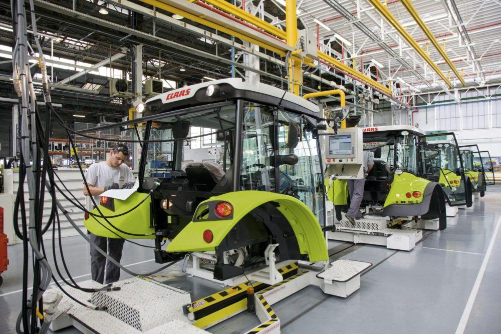 פס הרכבת תאי המפעיל במפעל ייצור טרקטורים של קלאאס ליד לה-מאן שבצרפת