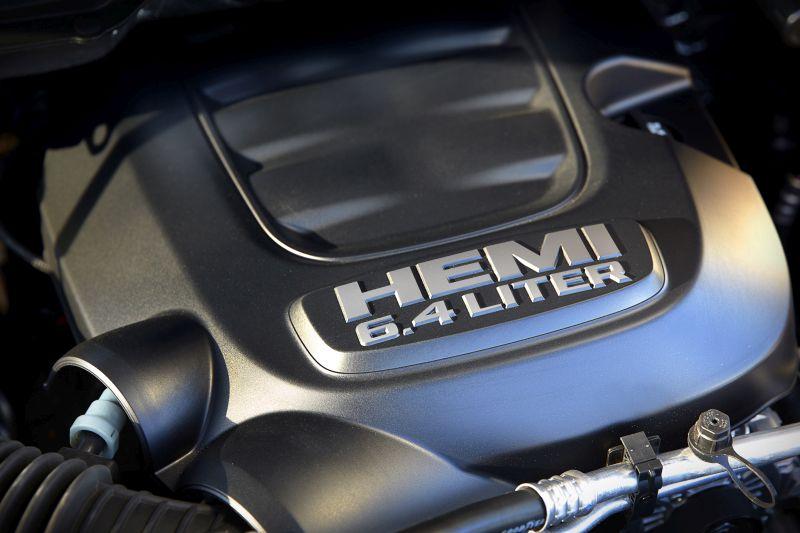 """בחזית ה'פאוור וואגון' שוכן מנוע Hemi V8 בריון בנפח 6.4 ליטר המציע לא פחות מ-410 כ""""ס"""