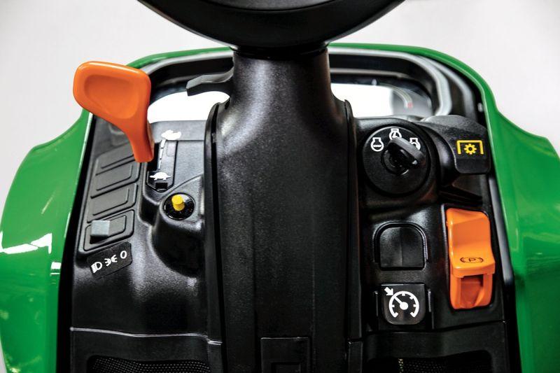 בג'ון דיר X950R ניתן לכוון את זווית גלגל ההגה, משענת המושב ומיקום הג'וי-סטיק לנוחות המפעיל