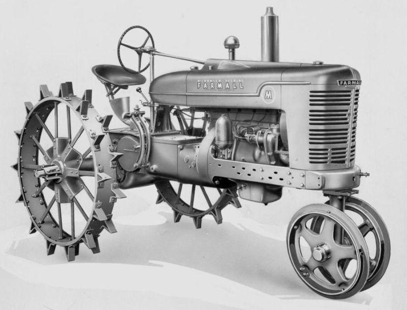 """טרקטור Farmall משנות ה-40, כאן תחת שם המותג מק'קורמיק – אחד המותגים המייסדים עליהם מתבסס כיום המותג הבי""""ל CNH. קל להבחין בתצורת """"3 הגלגלים"""" ששלטה בגישה האמריקאית בבניית טרקטורים כמה עשורים"""