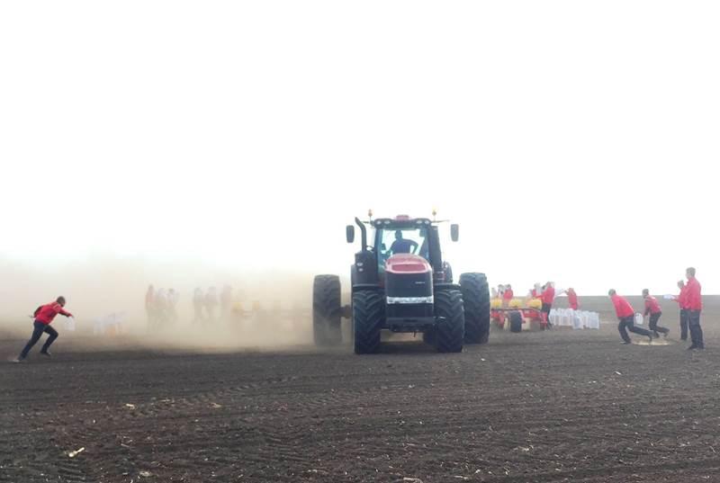 קייס מאגנום 380 CVT גורר מזרעת Väderstad Tempo L 16