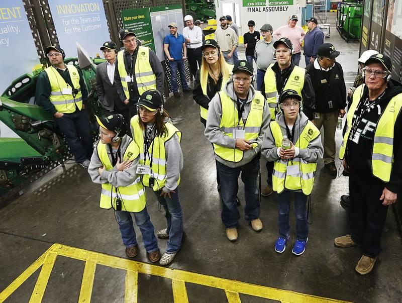 בני משפחה, עובדים וחברים נרגשים מחכים להגעת הקומביין ה-500 שצ'אד אולסן רוכש מג'ון דיר
