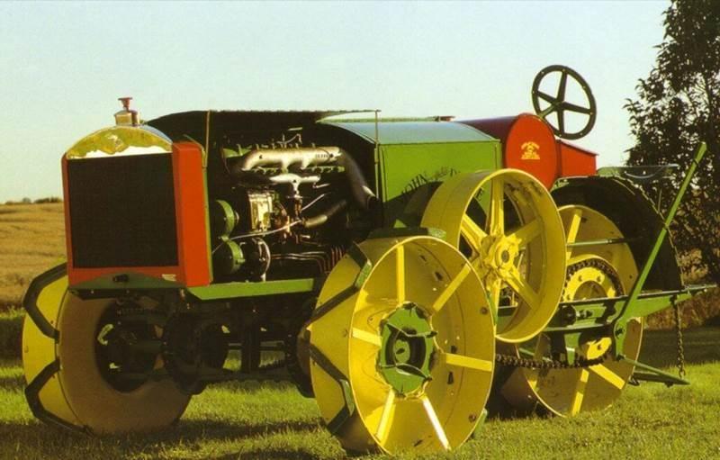 Dain AWD – הטרקטור הראשון שהוצע על ידי חברת ג'ון דיר, ושהשם John Deere היה חלק משמו; דגם זה פותח על ידי ג'וזף דיין )Dain( שאת חברתו רכשה ג'ון דיר ב-1911 והוא הציע מפרט מתקדם ביותר, תצורה חריגה: 3 גלגלים – שלושתם מונעים, מנוע McVicker 4-צילינדרי בפח 6.3 ליטר ו...תג מחיר גבוה מדי. ייצורו הופסק ב-1919 בעקבות רכישת Waterloo Boy