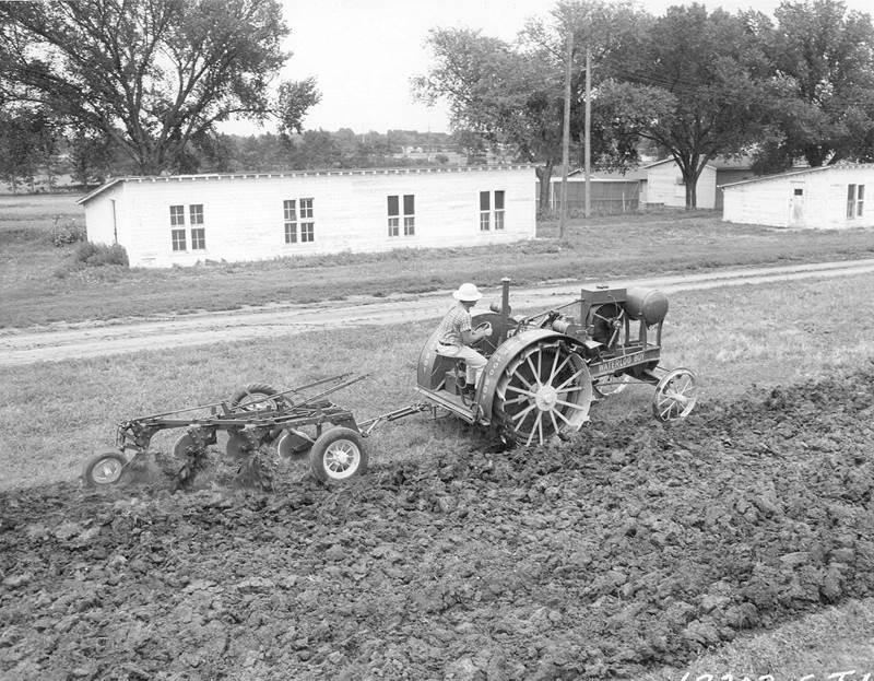ב-21 במרץ 1920 בוצעו המבחנים הראשונים מטעם אוניברסיטת נברסקה לציוד חקלאי וטרקטורים, כאשר Waterloo Boy Model N היה הראשון לעבור את המבחנים בהצלחה, 10 ימים מאוחר יותר, מה שמן הסתם לא הזיק לפופולריות ולנתוני המכירות. כמעט בן לילה הפך ג'ון דיר לשם נרדף לטרקטורים איכותיים