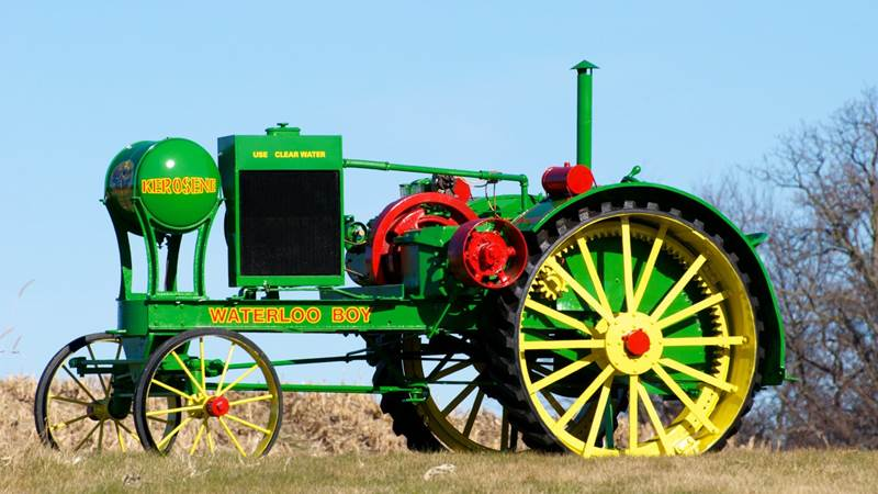 הג'ון דיר הראשון שהצליח במכירות, למרות שעוד לא כונה כך: Waterloo Boy מדגם N פותח ויוצר על ידי Waterloo Gasoline Engine Company מאז 1917, ומאז 1918 ועד 1923 על ידי ג'ון דיר – תחת אותו השם. הוחלף על ידי הטרקטור הראשון שכונה 'ג'ון דיר', ב-1923: ה-Model D