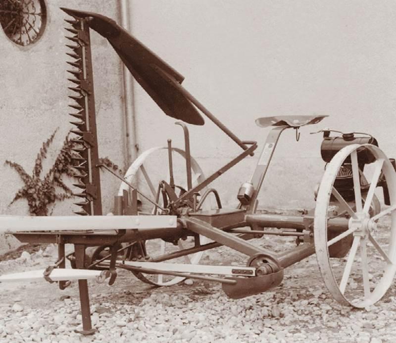 מקצרה ממונעת Pöttinger הנגררת על ידי סוסים